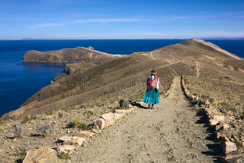 Γυναίκα στην πορεία στη Isla del Sol στη λίμνη Titicaca, Βολιβία στοκ εικόνες