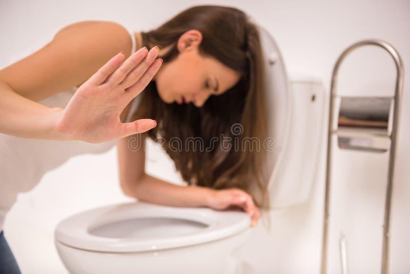 Γυναίκα στην τουαλέτα στοκ φωτογραφίες