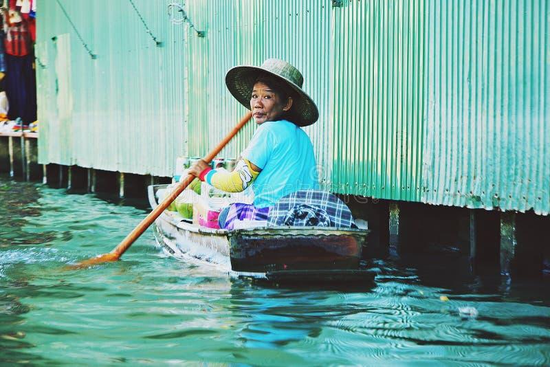 Γυναίκα στη βάρκα στοκ εικόνα με δικαίωμα ελεύθερης χρήσης