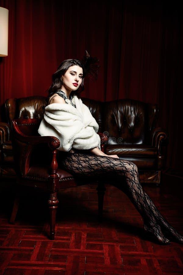 Γυναίκα στη βικτοριανή καρέκλα στοκ φωτογραφίες