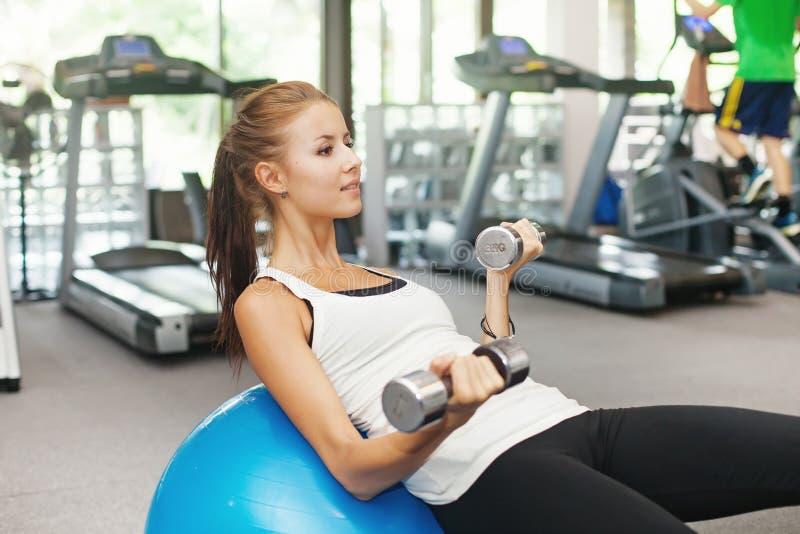 Γυναίκα στη γυμναστική στοκ φωτογραφία με δικαίωμα ελεύθερης χρήσης