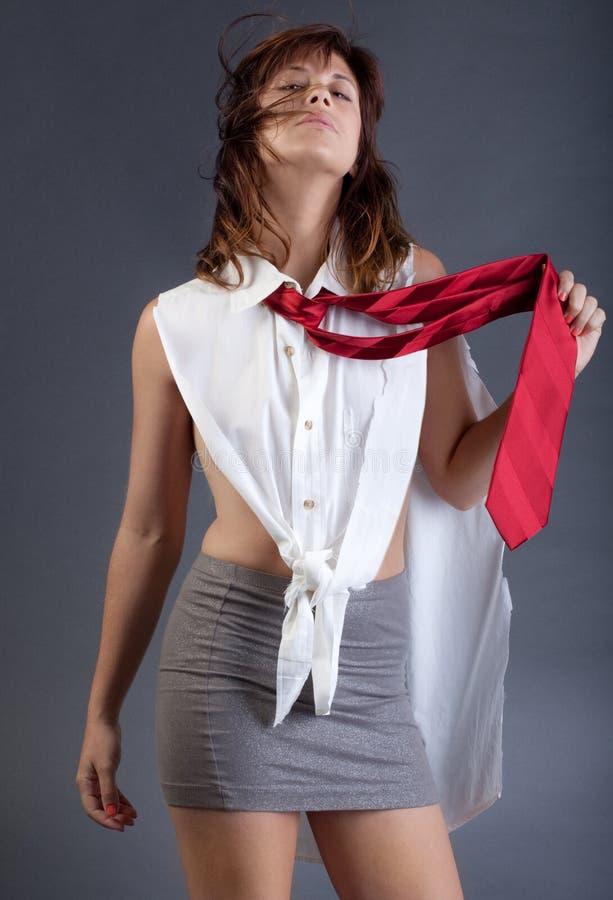 Γυναίκα στη μίνι φούστα και τη γραβάτα στοκ εικόνα
