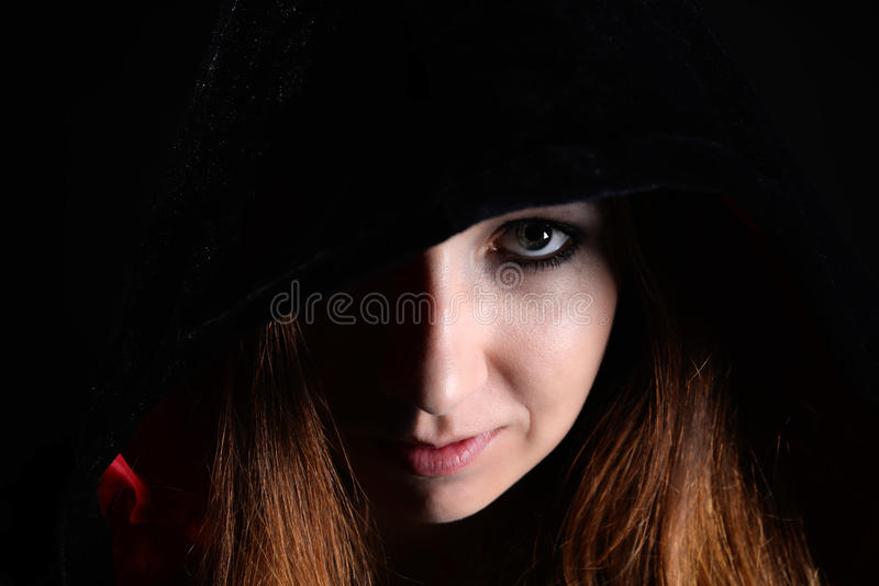 Γυναίκα στη μαύρη κουκούλα στοκ εικόνα με δικαίωμα ελεύθερης χρήσης