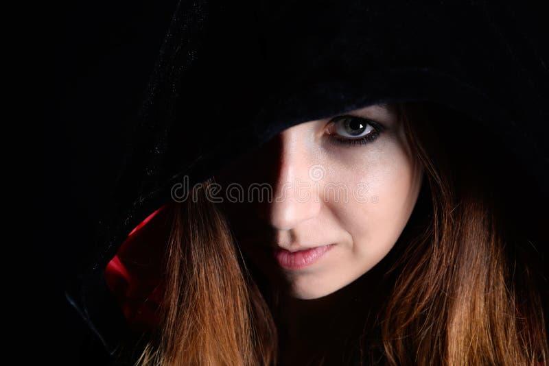 Γυναίκα στη μαύρη κουκούλα στοκ εικόνες