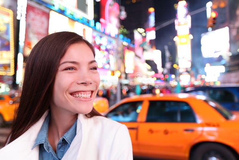 Γυναίκα στη Νέα Υόρκη, Times Square τη νύχτα στοκ φωτογραφίες με δικαίωμα ελεύθερης χρήσης