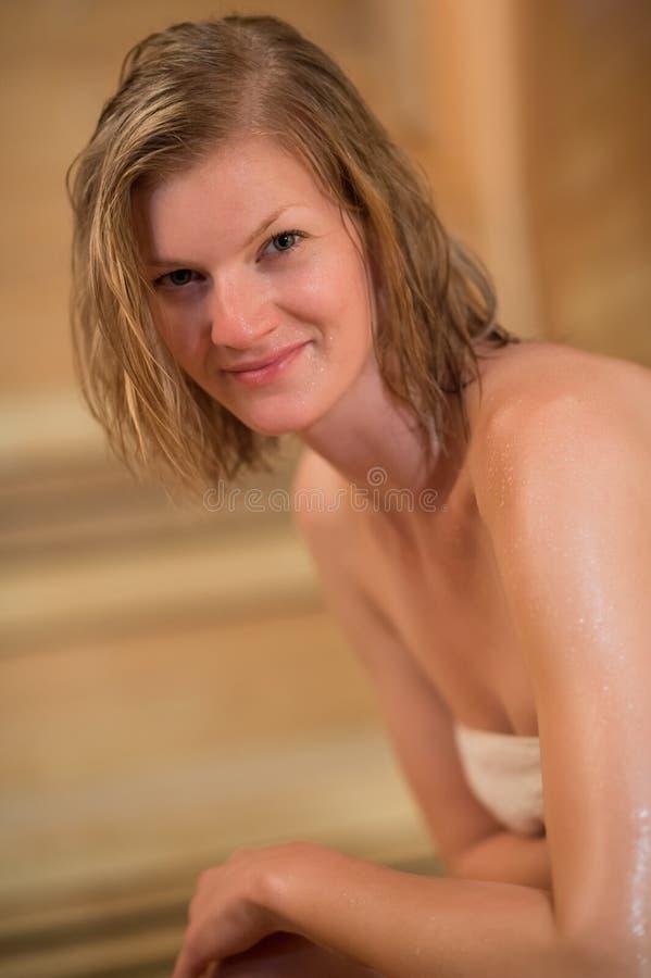 Γυναίκα στη σάουνα στοκ εικόνες με δικαίωμα ελεύθερης χρήσης