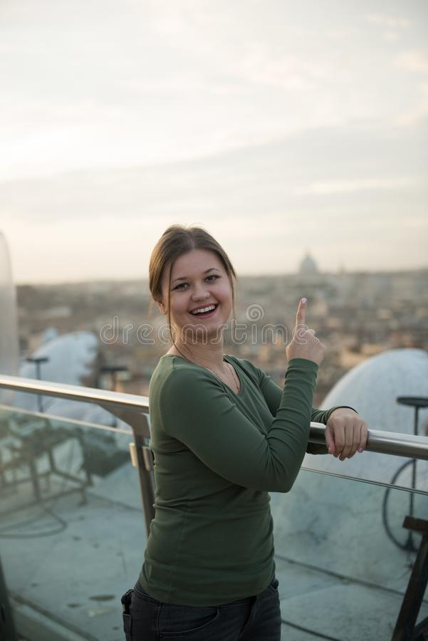 Γυναίκα στη στέγη στη Ρώμη στοκ φωτογραφίες με δικαίωμα ελεύθερης χρήσης