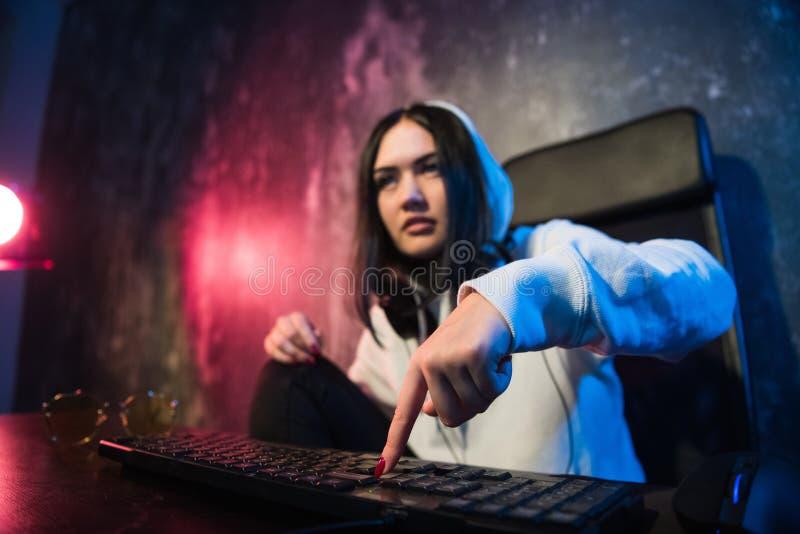 Γυναίκα στη συνεδρίαση και την εργασία κουκουλών στο lap-top ως χάκερ Τρέχοντας malware πρόγραμμα για τον υπολογιστή στο Διαδίκτυ στοκ φωτογραφία με δικαίωμα ελεύθερης χρήσης