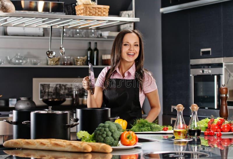 Γυναίκα στη σύγχρονη κουζίνα στοκ εικόνα
