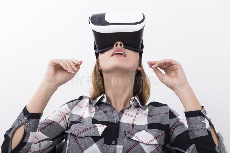 Γυναίκα στη φανέλα που φορά vr τα γυαλιά και που ανατρέχει στοκ φωτογραφία με δικαίωμα ελεύθερης χρήσης