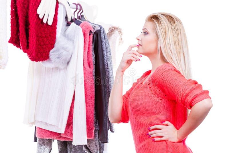 Γυναίκα στη χειμερινή ντουλάπα που αποφασίζει ποια ένδυση στοκ εικόνες