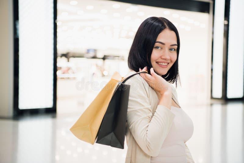 Γυναίκα στις αγορές Ευτυχής γυναίκα με τις τσάντες αγορών που απολαμβάνει στις αγορές Καταναλωτισμός, αγορές, έννοια τρόπου ζωής στοκ εικόνες