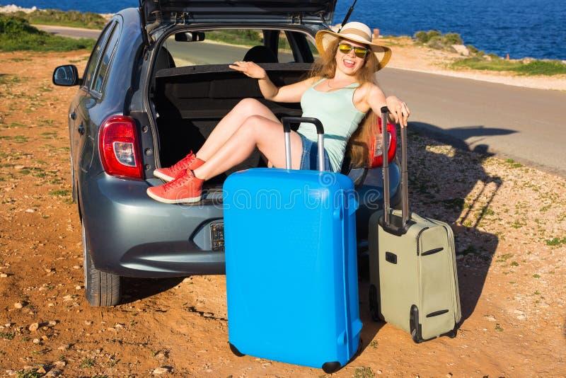 Γυναίκα στις διακοπές Έννοια καλοκαιρινών διακοπών και ταξιδιού αυτοκινήτων στοκ εικόνες