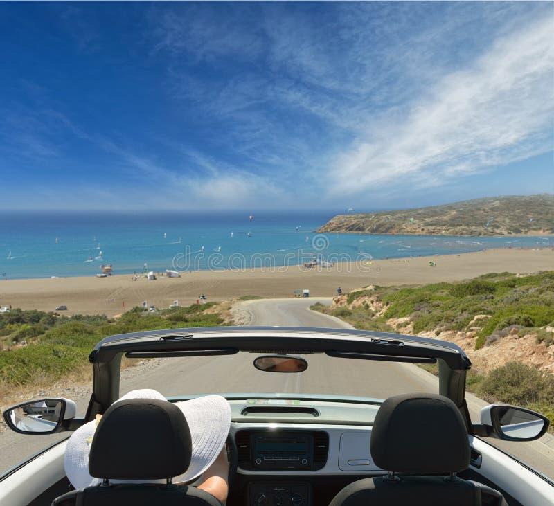 Γυναίκα στις διακοπές. στα πλαίσια της θάλασσας στο αυτοκίνητο στοκ φωτογραφίες