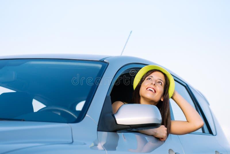 Γυναίκα στις διακοπές ταξιδιού αυτοκινήτων στοκ φωτογραφία