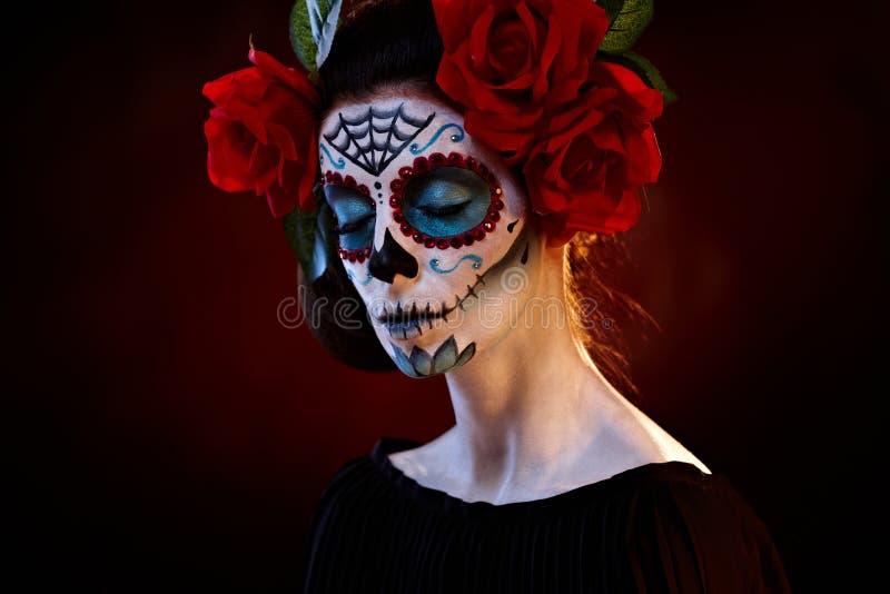 Γυναίκα στις προσοχές μασκών santa muerte ιδιαίτερες στοκ εικόνες