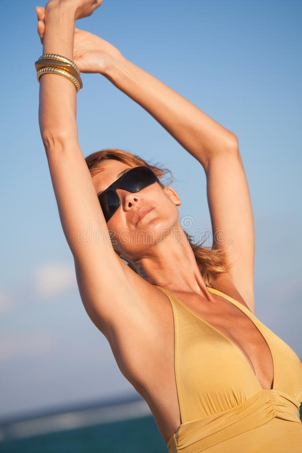 Γυναίκα στον ήλιο INT αυτός παραλία στοκ φωτογραφία με δικαίωμα ελεύθερης χρήσης