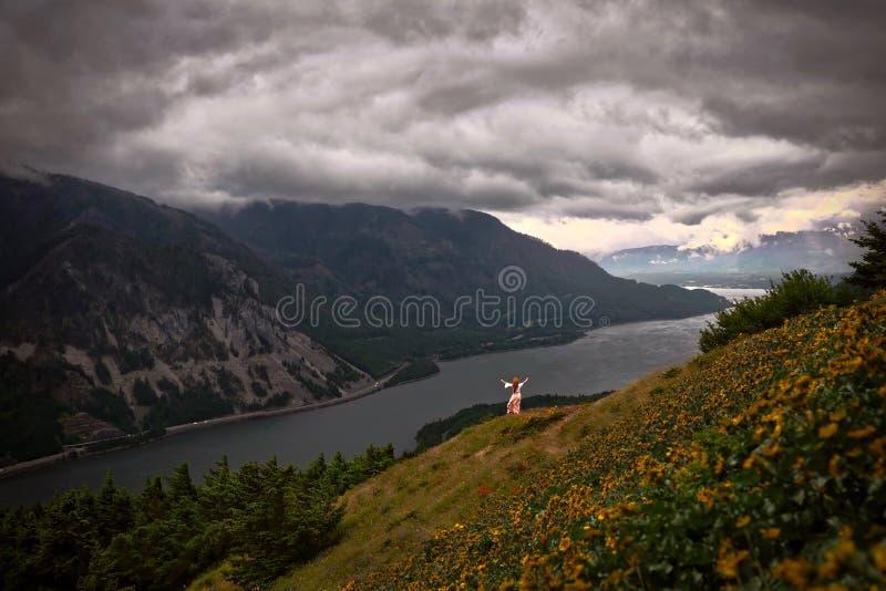 Γυναίκα στον απότομο απότομο βράχο επάνω από τον ποταμό στοκ εικόνες με δικαίωμα ελεύθερης χρήσης