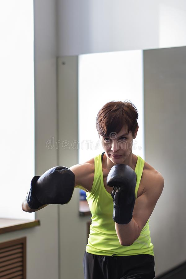 Γυναίκα στον εγκιβωτισμό γυμναστικής στοκ εικόνα