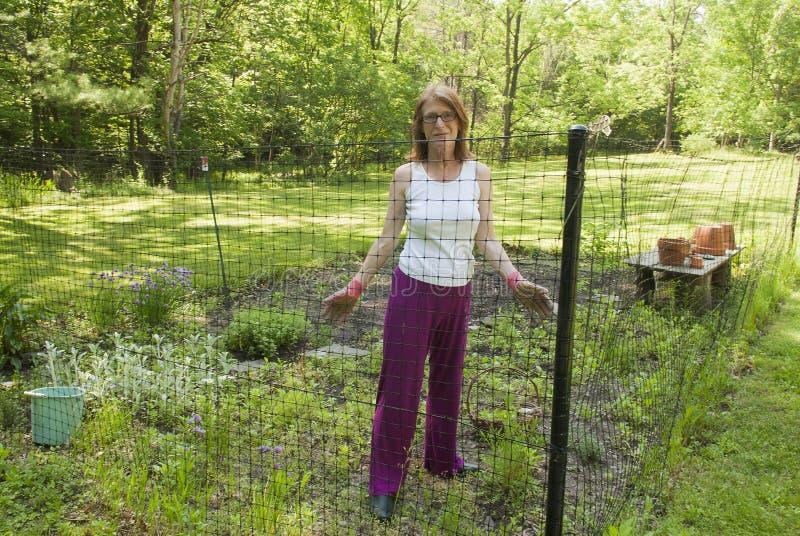 Γυναίκα στον εγχώριο κήπο στοκ εικόνες με δικαίωμα ελεύθερης χρήσης