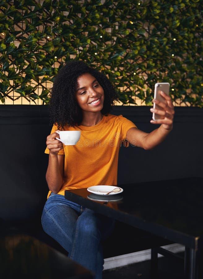 Γυναίκα στον καφέ που παίρνει selfie στο smartphone στοκ εικόνα με δικαίωμα ελεύθερης χρήσης