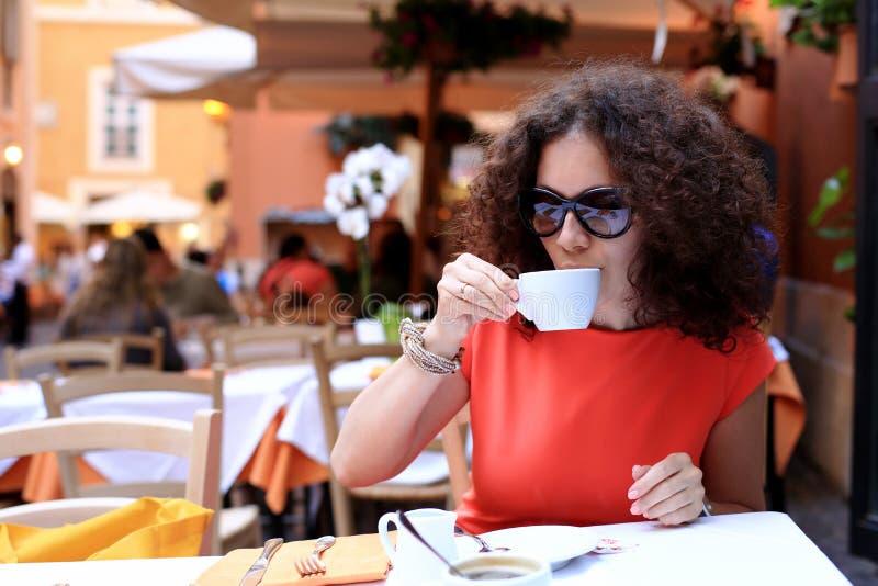 Γυναίκα στον καφέ στοκ φωτογραφία με δικαίωμα ελεύθερης χρήσης