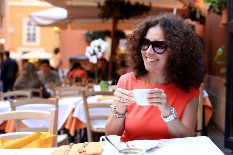 Γυναίκα στον καφέ στοκ εικόνες