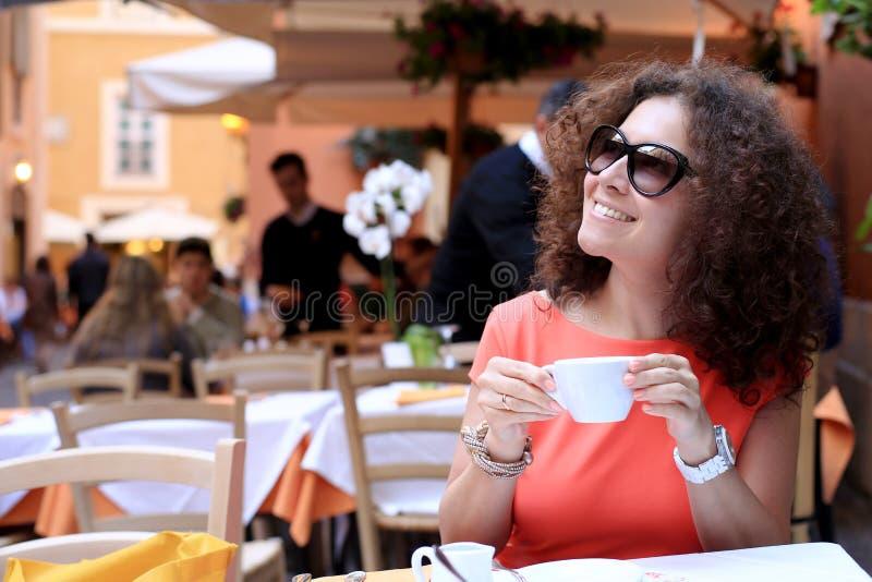 Γυναίκα στον καφέ στοκ εικόνα με δικαίωμα ελεύθερης χρήσης