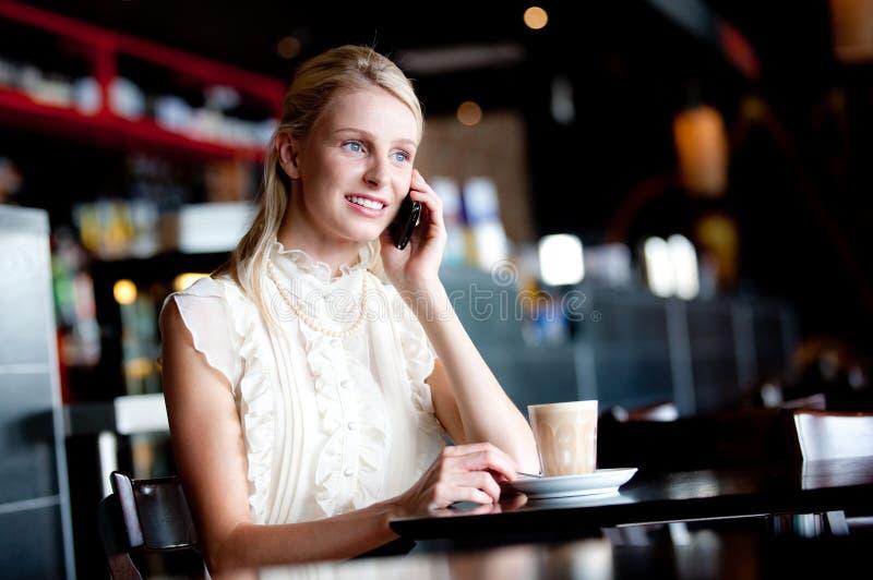 Γυναίκα στον καφέ στοκ εικόνα