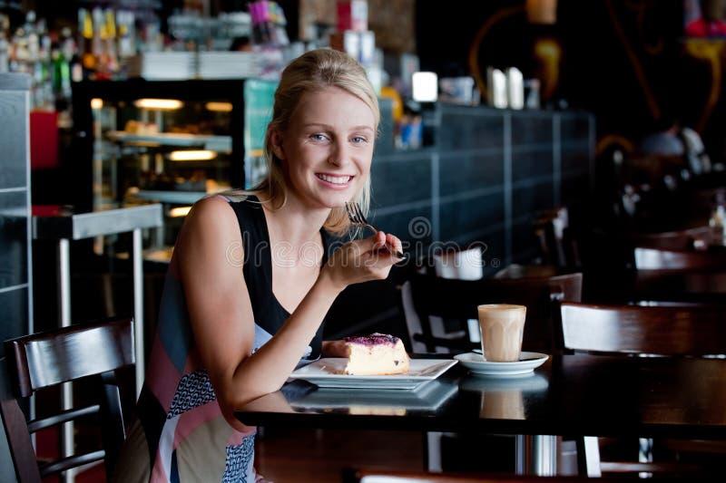 Γυναίκα στον καφέ στοκ φωτογραφίες