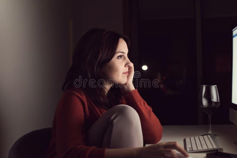 Γυναίκα στον υπολογιστή γραφείου στοκ φωτογραφίες με δικαίωμα ελεύθερης χρήσης