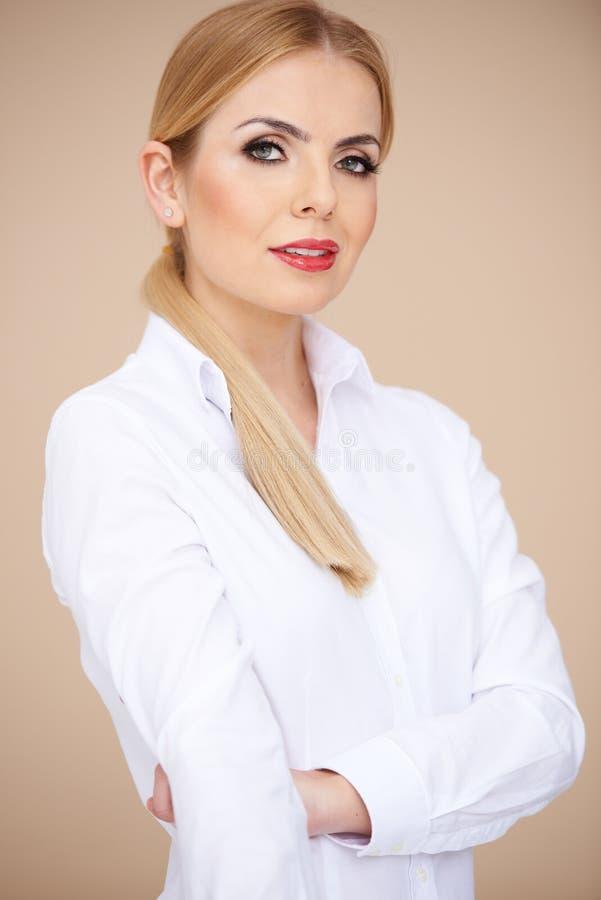 Γυναίκα στο άσπρο μακρύ πουκάμισο μανικιών με το περιλαίμιο στοκ εικόνα