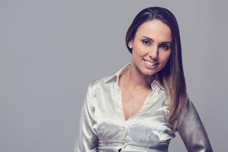 Γυναίκα στο άσπρο πουκάμισο πέρα από το ουδέτερο υπόβαθρο στοκ φωτογραφία