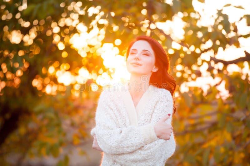 Γυναίκα στο άσπρο σακάκι στοκ εικόνες