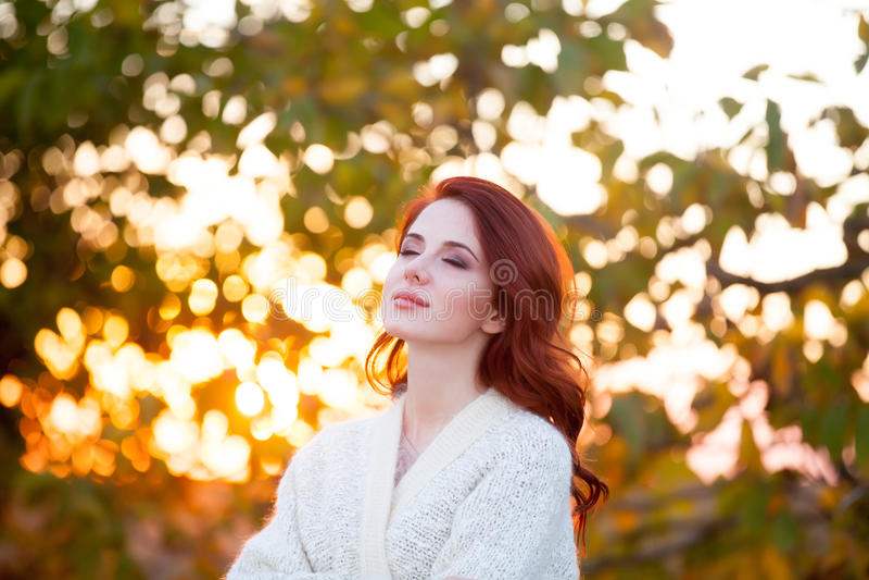 Γυναίκα στο άσπρο σακάκι στοκ εικόνα