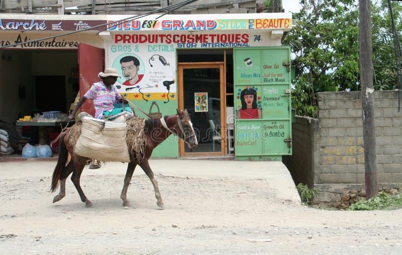 Γυναίκα στο άλογο στην Αϊτή στοκ φωτογραφία