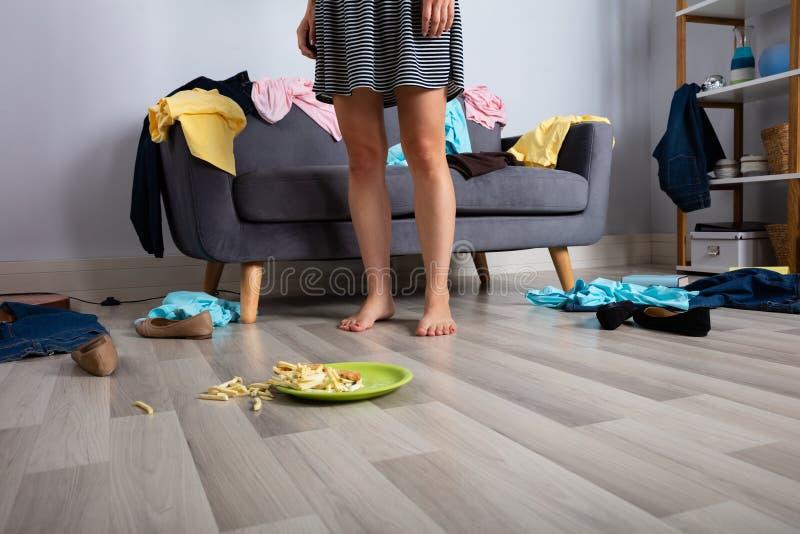 Γυναίκα στο ακατάστατο δωμάτιο στοκ εικόνες με δικαίωμα ελεύθερης χρήσης