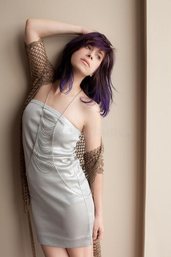 Γυναίκα στο ασημένιο φόρεμα και το διαγώνιο περιδέραιο αλυσίδων σώματος στοκ εικόνες με δικαίωμα ελεύθερης χρήσης