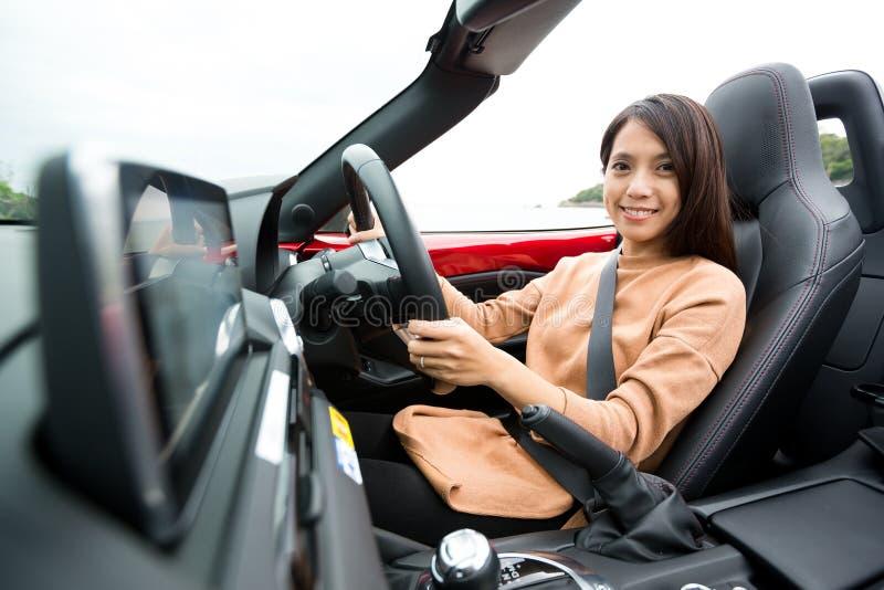 Γυναίκα στο αυτοκίνητο καμπριολέ στοκ εικόνα με δικαίωμα ελεύθερης χρήσης