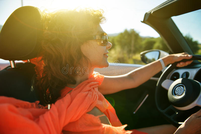 Γυναίκα στο αυτοκίνητο. στοκ φωτογραφία με δικαίωμα ελεύθερης χρήσης