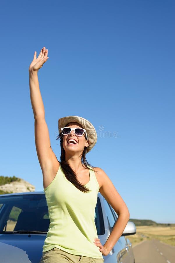 Γυναίκα στο αυτοκίνητο roadtrip που κυματίζει στοκ εικόνες