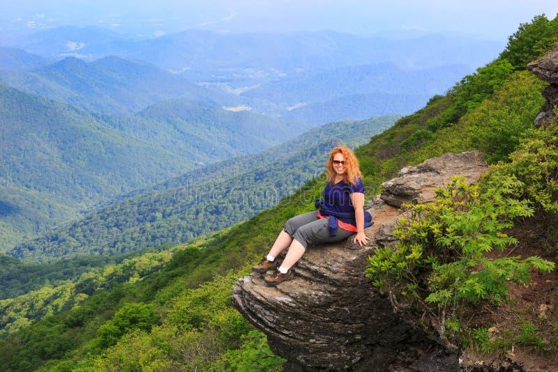 Γυναίκα στο βράχο στη βόρεια Καρολίνα βουνών στοκ φωτογραφία