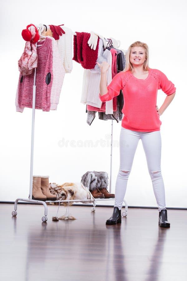 Γυναίκα στο εγχώριο ντουλάπι που επιλέγει τον ιματισμό, indecision στοκ φωτογραφίες