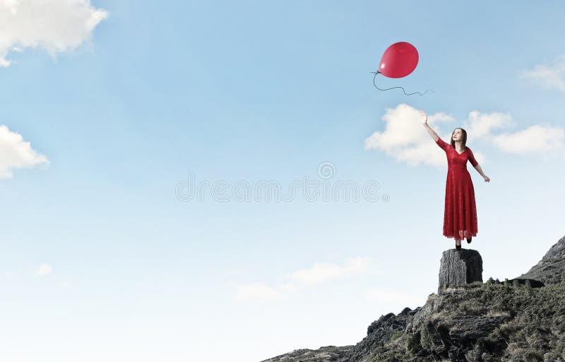 Γυναίκα στο εμπαθές κόκκινο φόρεμα Μικτά μέσα στοκ εικόνες