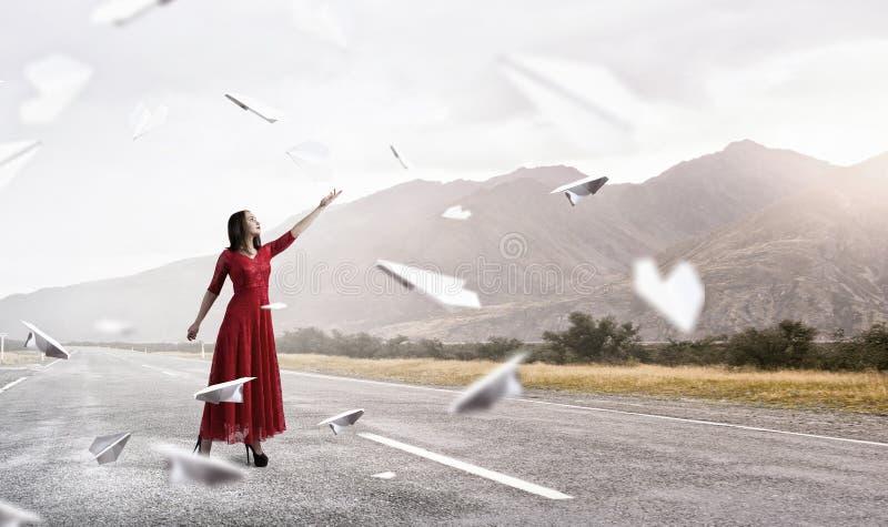 Γυναίκα στο εμπαθές κόκκινο φόρεμα Μικτά μέσα στοκ φωτογραφίες