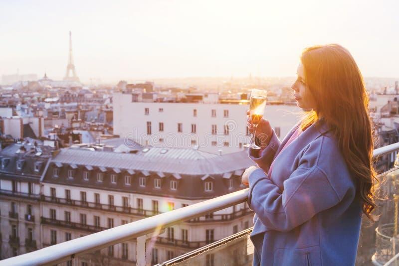 Γυναίκα στο εστιατόριο πολυτέλειας στο Παρίσι στοκ εικόνες