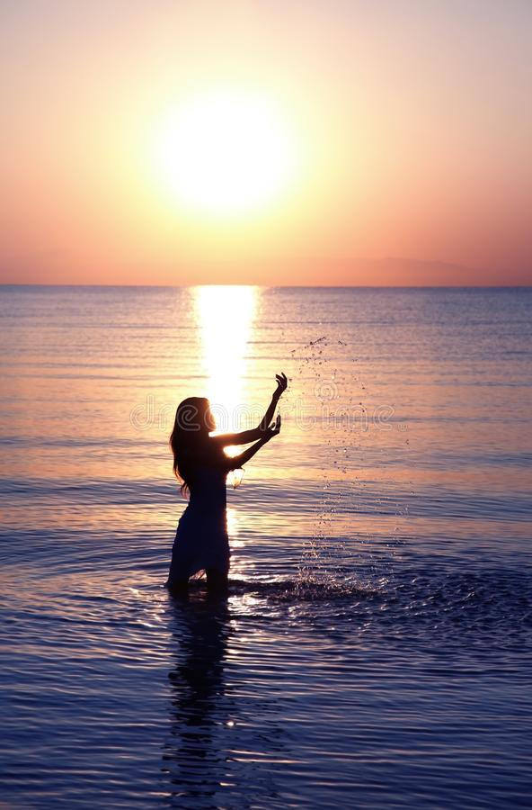 Γυναίκα στο ηλιοβασίλεμα στοκ φωτογραφία