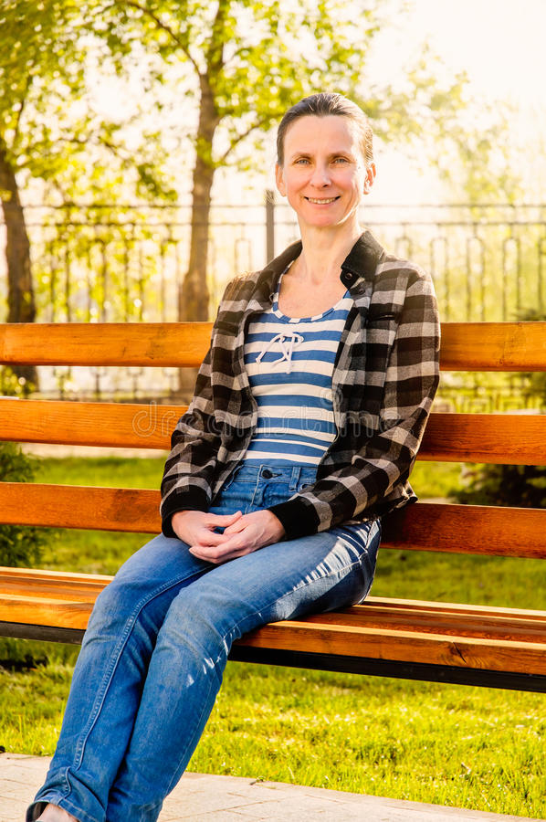 Γυναίκα στο ηλιοβασίλεμα στοκ εικόνα με δικαίωμα ελεύθερης χρήσης