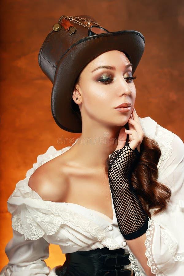 Γυναίκα στο καπέλο δέρματος στοκ φωτογραφία