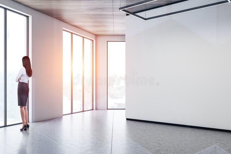 Γυναίκα στο κενό άσπρο δωμάτιο στοκ εικόνες με δικαίωμα ελεύθερης χρήσης